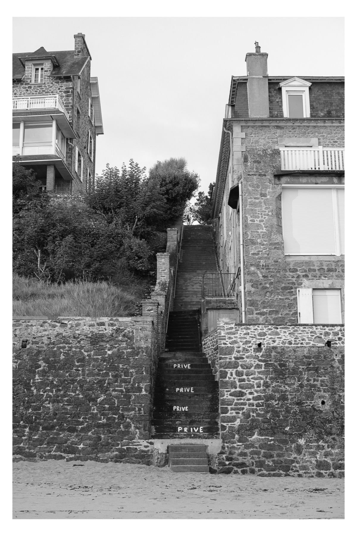Plage Saint-Enogat - Steps with Private (Prive) written.